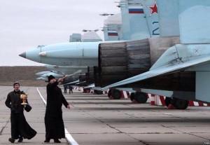 Un cappellano militare benedice i velivoli della base di Balbek