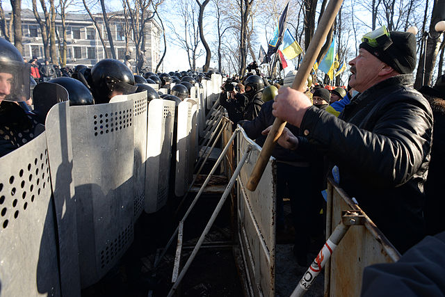 Barricade_line_separating_interior_troops_and_protesters._Clashes_in_Kyiv,_Ukraine._Events_of_February_18,_2014-2