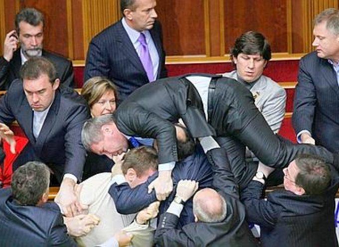 Kiev – Ora i fenomeni da baraccone si combattono apertamente