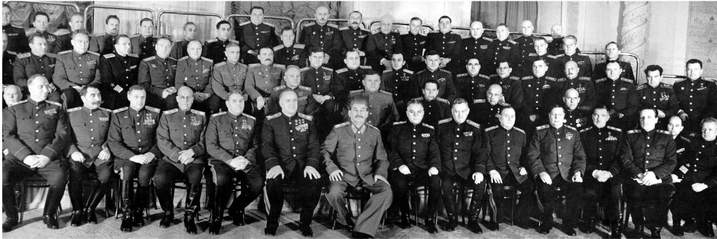 Stalin ed i suoi ufficiali.