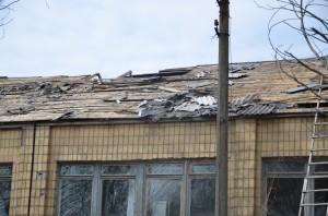 """Il tetto dell'ospedale. """"oggi l'esercito ucraino lo bombarda, domani i locali lo riparano"""""""