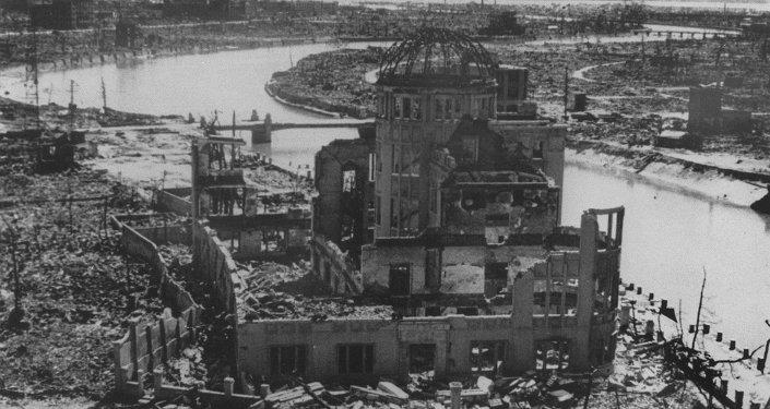 Una foto datata settembre 1945 con i resti del Palazzo della prefettura della promozione dell'industria dopo il bombardamento di Hiroshima, edificio in seguito conservato come monumento.