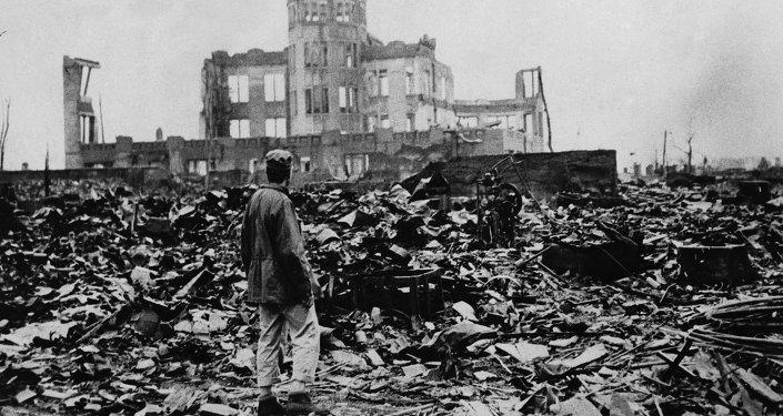Un uomo guarda la distesa di rovine lasciata dall'esplosione della bomba atomica il 6 agosto 1945 a Hiroshima, Giappone