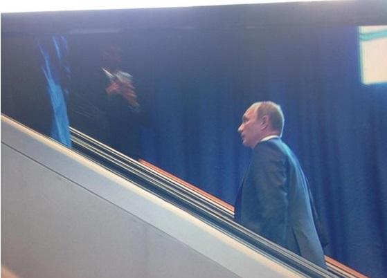 La star del giorno è sulla scala mobile del Palazzo dell'ONU