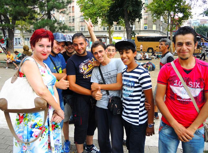 """Darya Aslamova con gli immigrati. Questi giovani siriani sognano di arrivar in Germania, perché là tutto è """"gratis"""""""