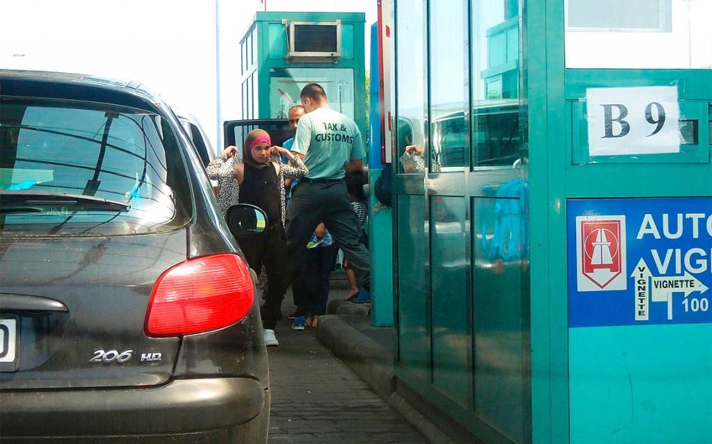 Doganieri ungheresi cercano rifugiati nelle auto al confine