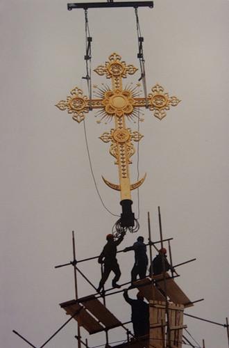 Una delle più piccole croci è attaccata alla ricostruita Chiesa del Cristo Salvatore, a Mosca nel 1995.
