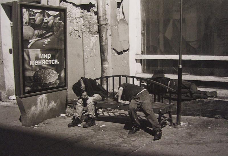 """A Mosca nel 1995. Sul cartello pubblicitario è scritto """"Il mondo sta cambiando""""."""