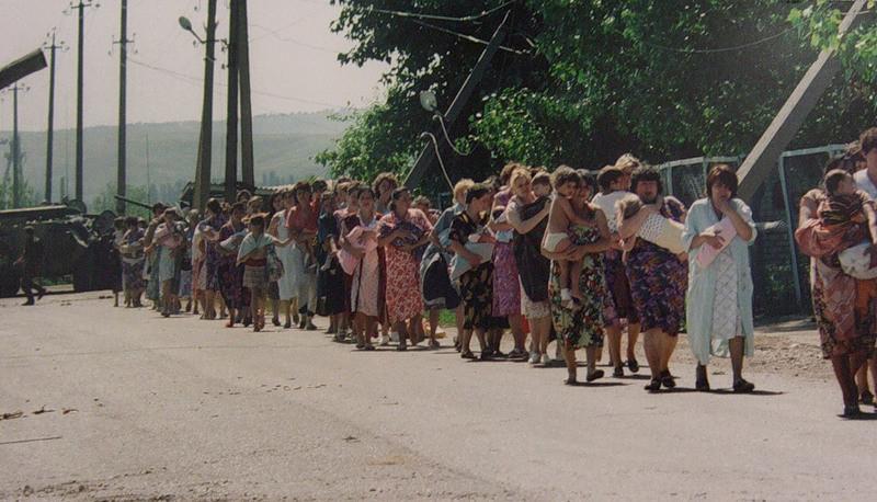 Gli ostaggi lasciano l'ospedale di Budenovsk catturato da un gruppo di terroristi nel 1995, in cui ci furono 129 morti e 415 feriti.