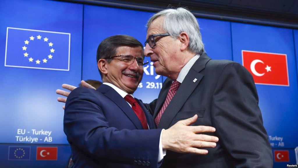 Il Primo Ministro Turco Ahmet Davutoglu e il Presidente della Commissione Europea Jean Claude Juncker si salutano dopo la conferenza stampa a margine del summit euro turco del 29 novembre 2015