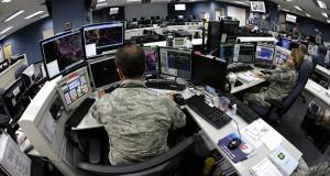 Un soldato della Guardia Nazionale Aerea degli Stati Uniti controlla gli schermi dei computer. © AP Photo/ Ted S. Warren