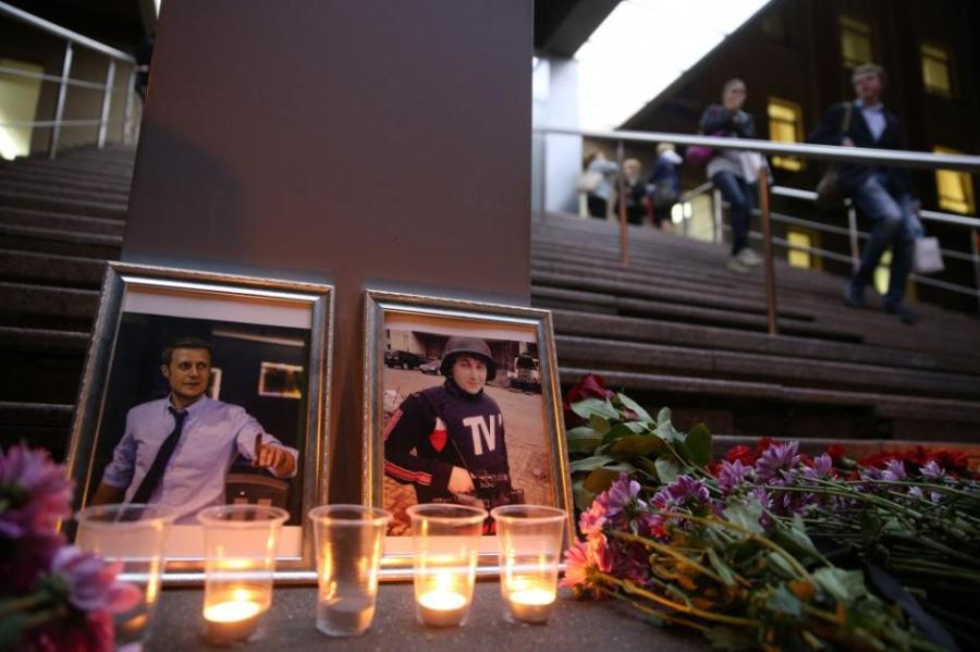 """La funzione funebre di Vladimirovich Kornelyuk e Anton Voloshin: qualcuno crede veramente che se fossero stati americani gli Stati Uniti rilascerebbero """"immediatamente e senza condizioni"""" l'imputato del loro assassinio?"""