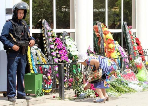 Cittadini di Atkobe depongono fiori sul luogo dell'attacco, in cui sono morte 19 persone