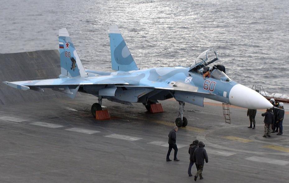 Un intercettore Sukhoi-33 si prepara al decollo.