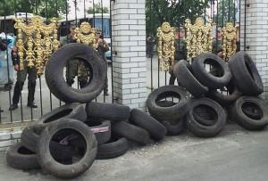 Gli pneumatici accumulati presso il tribunale Obolonskij il 2 agosto (dalla pagina Facebook del Quartier generale per la liberazione dei patriotti)