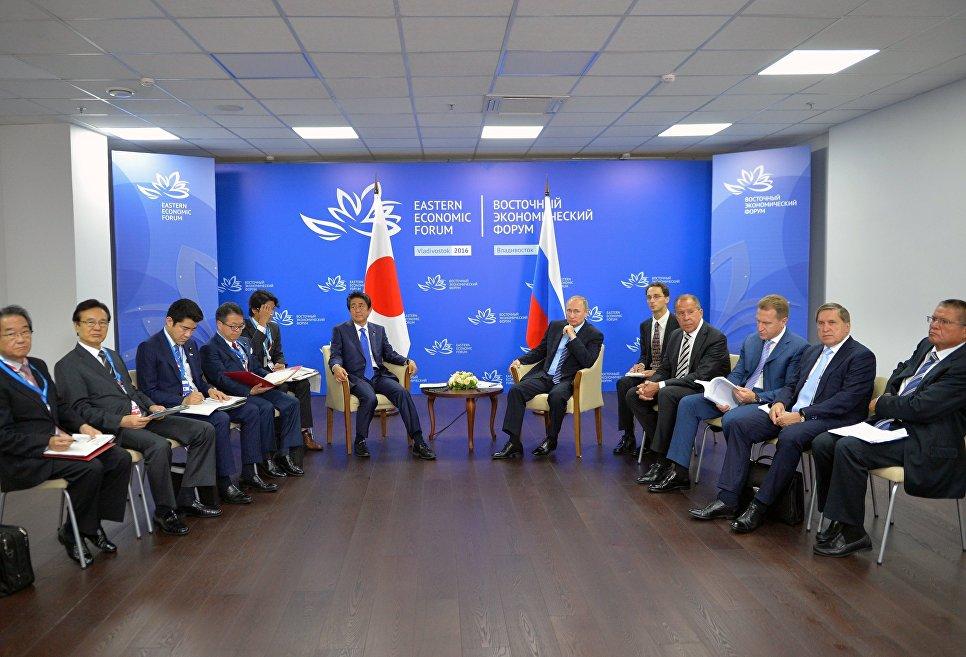 Il presidente russo Vladimir Putin e il primo ministro giapponese Shinzo Abe durante il loro incontro presso il sito del Forum Economico d'Oriente. 2 Settembre 2016