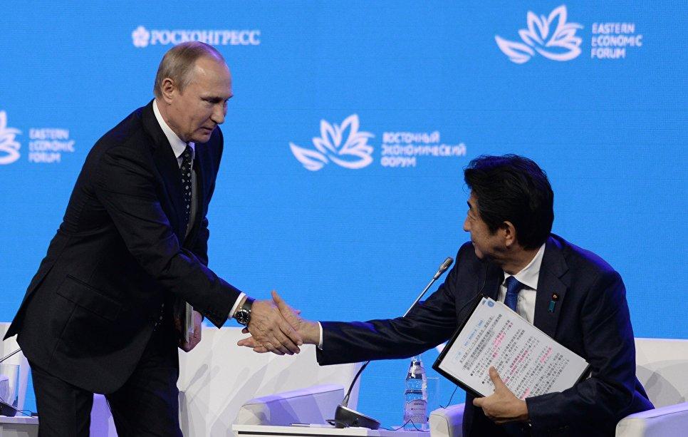 """Vladimir Putin e ShinzoAbe alla sessione plenaria """"Alla scoperta dell'Estremo Oriente"""" del Forum economico d'Oriente"""