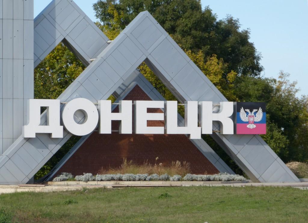 """Il totem all'ingresso della città di Donetsk: """"La realtà sul posto evidenzia che nel Donbass sono nate due nuove Repubbliche """"de facto"""" ormai autonome e indipendenti da Kiev."""" Foto: Eliseo Bertolasi"""