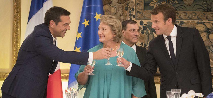 """Macron va in Grecia: l'esponente della """"sinistra radicale"""" Tsipras dà il benvenuto all'ex banchiere diventato presidente"""