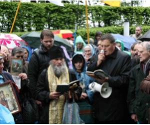 Il capo dell'Unione delle Confraternite Ortodosse dell'Ucraina ha respinto un'aggressione di nazisti con le aste degli stendardi religiosi