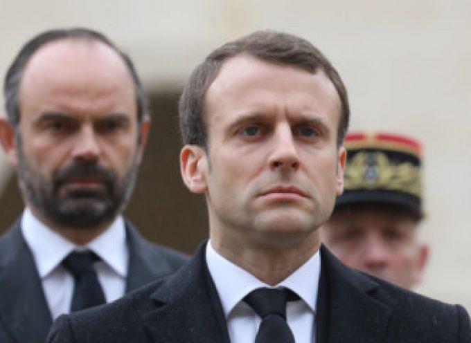 Crolla la popolarità di Macron mentre il ministro dell'interno predice la guerra civile