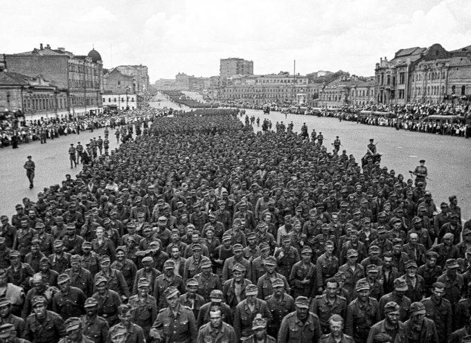Come i soldati tedeschi marciarono attraverso Mosca durante la Seconda Guerra Mondiale