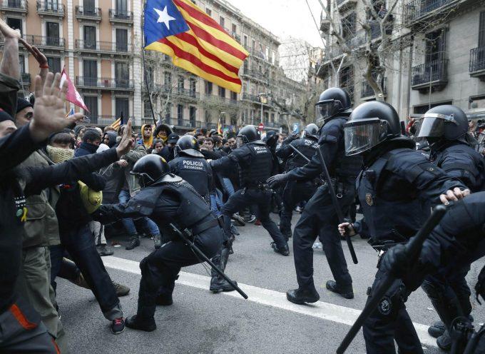 La reclusione dei nazionalisti catalani: il governo spagnolo instaura lo stato di polizia
