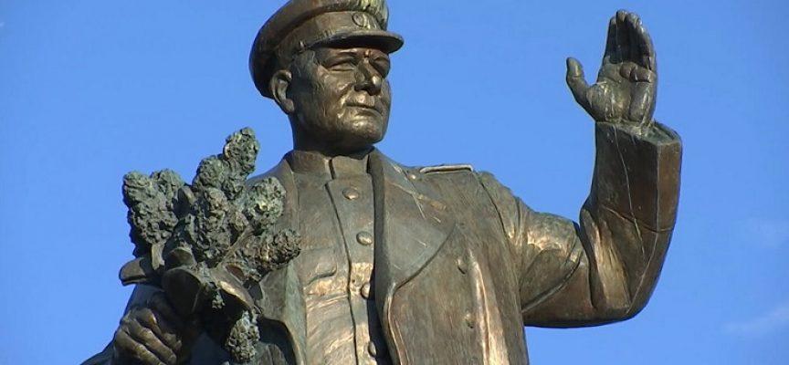 Un atto vergognoso: hanno dissacrato e rimosso la statua del Maresciallo Konev!