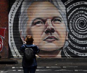La saga Assange: fare del vero giornalismo è roba da pazzi criminali