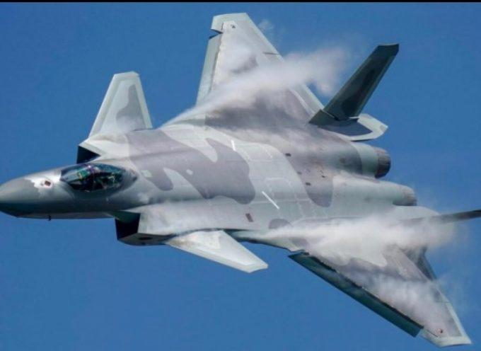 Gli esperti cinesi sottolineano i vantaggi di un caccia stealth J-20 biposto