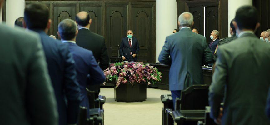 Il Primo Ministro sta arrivando, per favore alzatevi in piedi