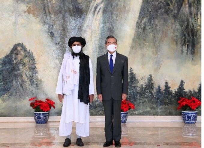 """I Talebani cercano """"legittimazione"""" internazionale nelle riunioni con i funzionari cinesi d'alto livello"""